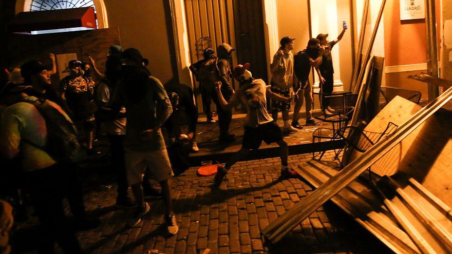 Enfrentamientos entre la Policía de Puerto Rico y manifestantes que piden la dimisión de Rosselló