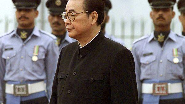 El Presidente del Congreso Nacional Popular de China, Li Peng, inspecciona a una guardia de honor militar en la Casa del Primer Ministro en Islamabad, Pakistán, 1999