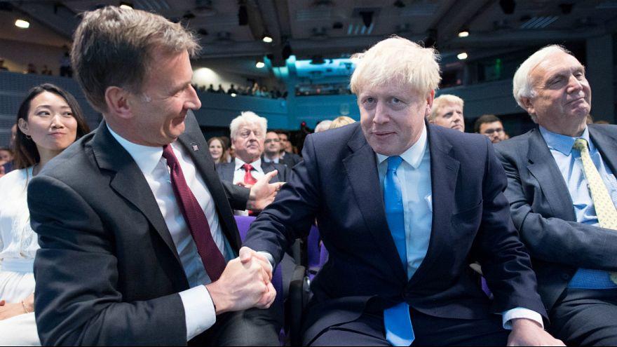 O derrotado Jeremy Hunt cumprimenta o vencedor Boris Johnson