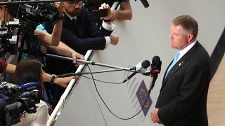 Klaus Iohannis újságíróknak beszél a június 30-ai uniós csúcson