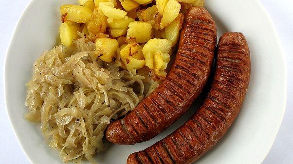 Bratwurst mit Kraut und Bratkartoffeln, steht für Ausländer für deutsches Essen.