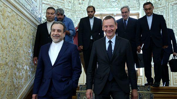 عباس عراقجي مع الديبلوماسي الفرنسي إيمانويل بونّ خلال زيارة قام بها الأخير إلى طهران