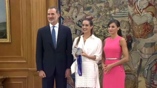 Ona Carbonell enseña sus medallas a los reyes de España