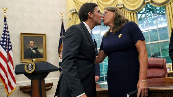 Mark Esper Beyaz Saray'daki yemin töreninin ardından eşi Leah ile öpüştü