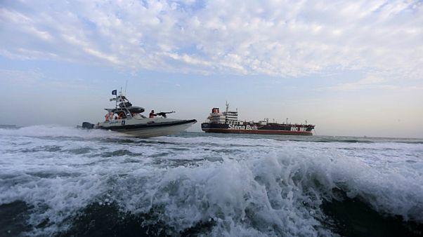 زورق تابع للحرس الثوري الإيراني يبحر بالقرب من الناقلة البريطانية ستينا إمبيرو قرب مضيق هرمز