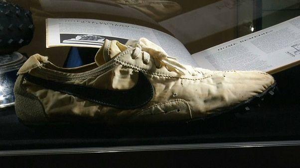 """شاهد: """"حذاء القمر"""" يحطم رقما قياسيا ويباع بأكثر من 435 ألف دولار"""