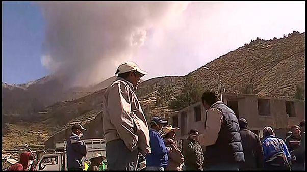 Evacuaciones tras otra erupción del volcán Ubinas en Perú