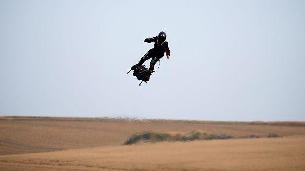 المخترع الفرنسي فرانكي زاباتا يطير على متن طائرة أثناء عرضه أثناء استعداده لعبور القناة الإنجليزية من سانجات في فرنسا إلى دوفر