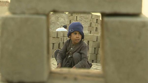 ویدئو؛ کار کودکان افغانستان در کارگاه آجرسازی