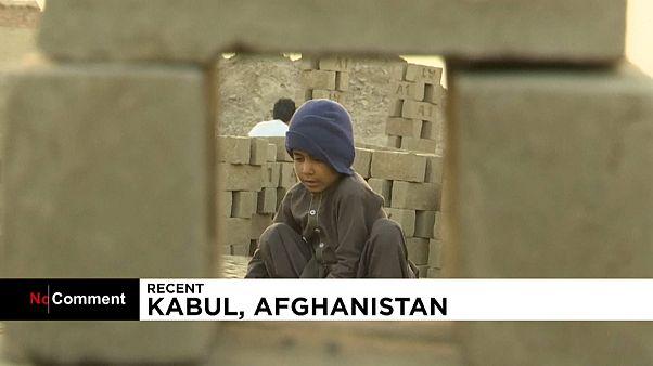 مشاهد قاسية لأطفال أفغانستان الذي يرمون في سوق العمل باكراً جداً