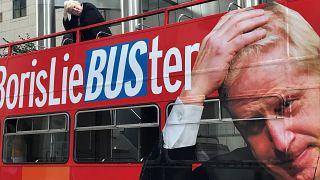 صورة للحافلة ومجسد بوريس جونسون