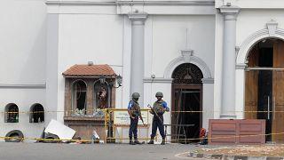 جنديان يقفان حراسة أمام كنسية تعرضت لهجوم بالقنابل في كولومبو بعد يومين من الهجوم يوم 23 أبريل نيسان 2019.