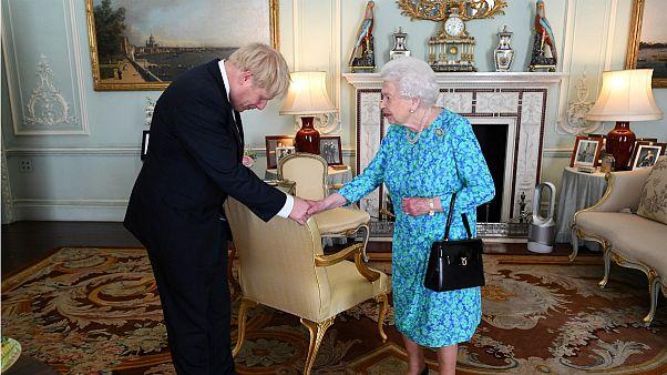 ملکه الیزابت و بوریس جانسون نخست وزیر تازه بریتانیا