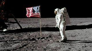 رائد الفضاء الأمريكي نيل أرمسترونغ يسير على سطح القمر ـ ناسا