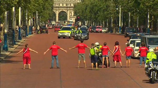 متظاهرون يقطعون الطريق على موكب رئيس وزراء بريطانيا الجديد بوريس جونسون