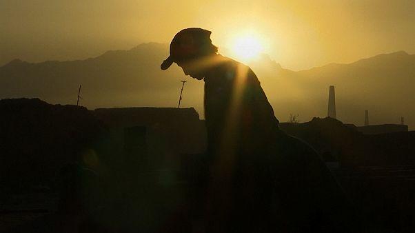 من تلميذ إلى صانع للطوب.. الفقر والحرب والفساد تجبر الأطفال على العمل في أفغانستان