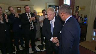 """شاهد: بوريس جونسون يدخل """"داوننغ ستريت"""" لأول مرة كرئيس وزراء وسط تصفيق حار"""