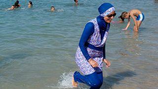امرأة تلبس البوركيني على أحد شواطئ مدينة مارسيليا الفرنسية