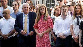 كاري سيموندس صديقة رئيس الوزراء البريطاني بوريس جونسون تستمع إلى كلمته