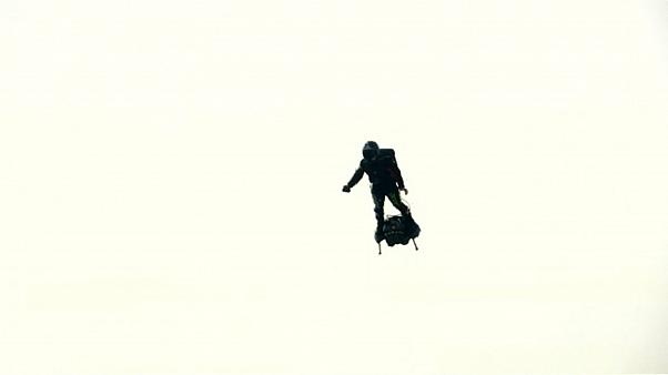 شاهد: الرجل الطائر يفشل في عبور القنال الإنكليزي على زلاجته المائية