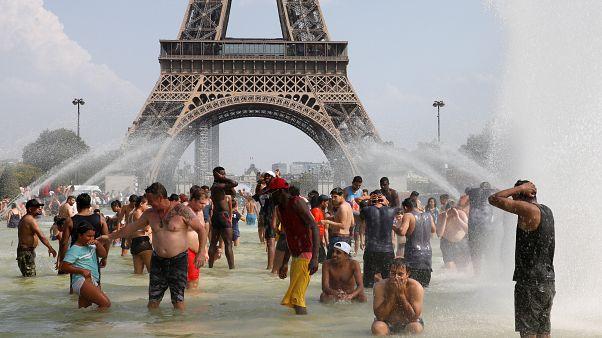 В жаркие дни парижане приходят прохладиться к фонтанам у Эйфелевой башни