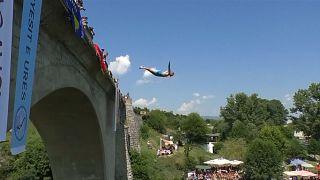 Adrenalin pur: Brückensprünge im Kosovo