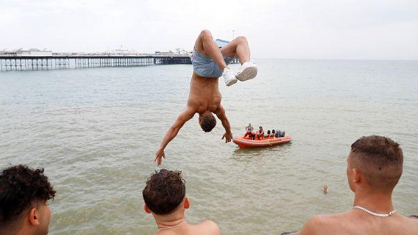 İngiltere'nin Brighton kentinde sıcaktan bunalan gençler suya atladı