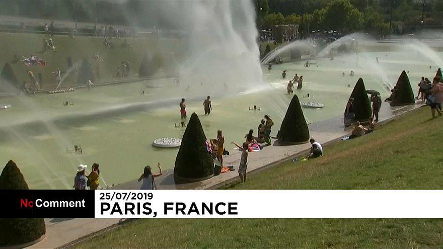 شاهد: أوروبيون يلجأون إلى نوافير المياه العامة هرباً من الحر اللافح