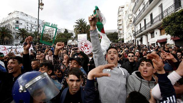 شبان جزائريون يطالبون بتغييرات جذرية في العاصمة الجزائر - رويترز