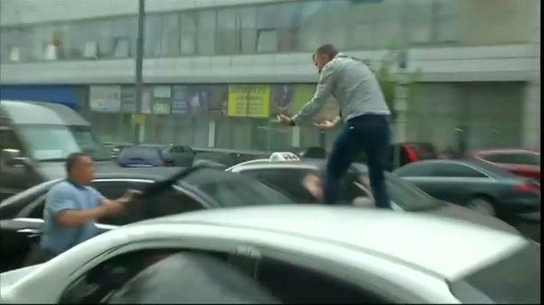 Felmászott egy ember Petro Porosenko autójára