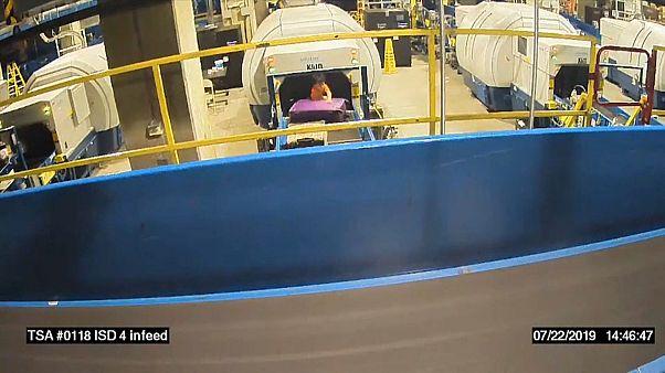 شاهد: مغامرة شاقة لطفل بين الحقائب في مطار أمريكي