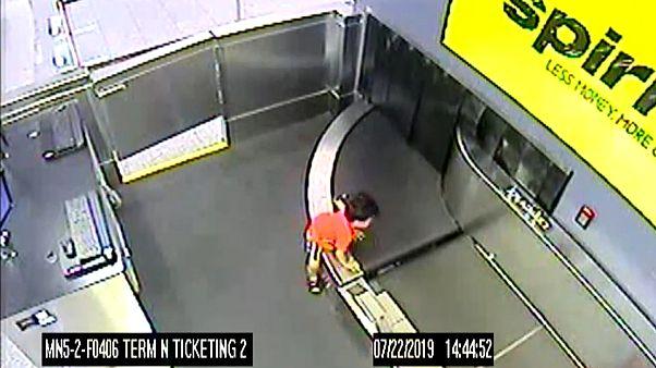Video   Havalimanında bagaj taşıma bandına giren çocuk yaralı kurtarıldı