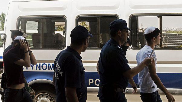 عدد من الإسرائيليين المشتبه بهم في اغتصاب شابة بريطانية في قبرص بعد خروجهم من قاعة المحكمة. تموز 2019