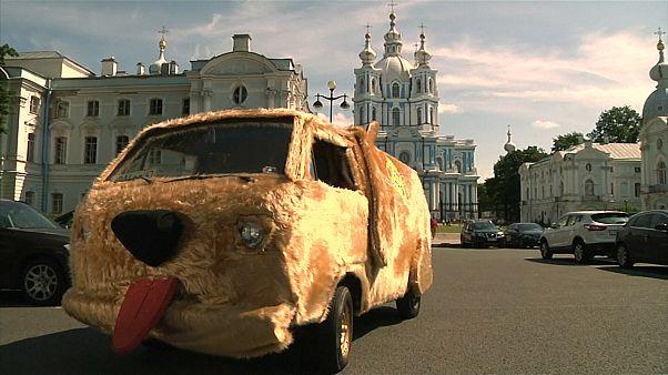 """Au volant de la voiture-chien de """"Dumb and Dumber"""" dans les rues de Saint-Pétersbourg"""