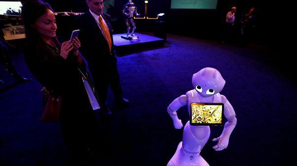 """زوار يلتقطون صورا لروبوت خلال معرض """"نيوم"""" بالمدينة الصناعية بالعاصمة السعودية الرياض. تشرين الأول 2017"""