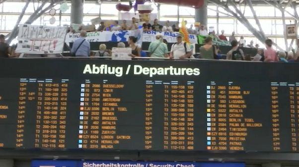 Schlechtes Gewissen für Fluggäste: Fridays for Future am Flughafen