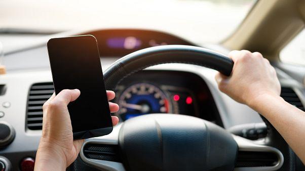 استفاده از تلفن همراه حین رانندگی در فرانسه؛ آمارها و قوانین چه میگویند؟