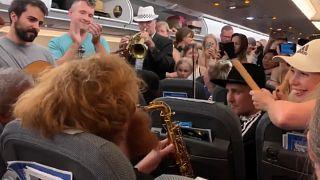 مسافرون علقوا داخل طائرة على أرضية مطار هيثرو في لندن بسبب تأخر رحلتهم الجوية إثر موجة الحر في أوروبا