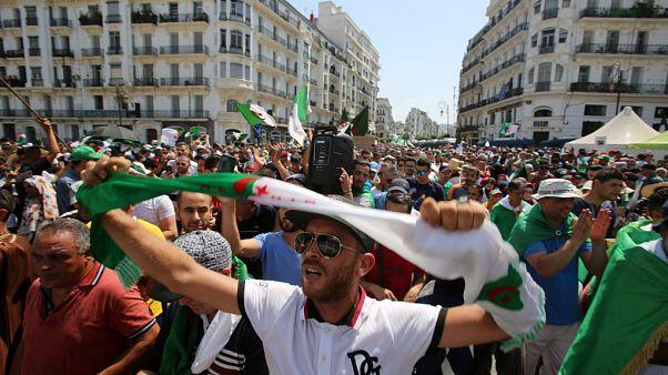 شاهد: مسيرة احتجاجية في الجزائر للمطالبة بتنحي الفريق أحمد قايد صالح