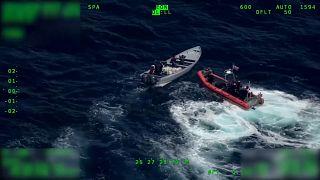 شاهد: خفر السواحل الأمريكي يصادر كمية هائلة من الكوكايين في المحيط الهادئ