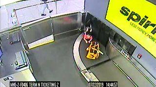 Atlanta: Zweijähriger klettert auf Flughafen-Gepäckband und verschwindet