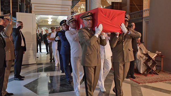 Offiziere tragen Essebsis Sarg im Präsidentenpalast