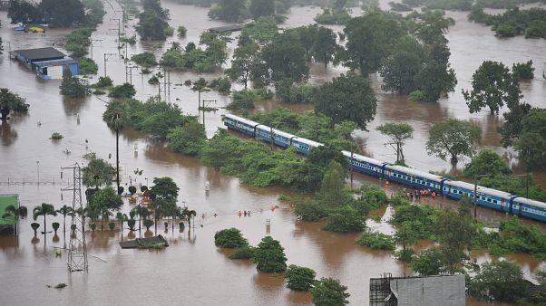 القطار العالق لأكثر من 9 ساعات بسبب الفيضانات في الهند