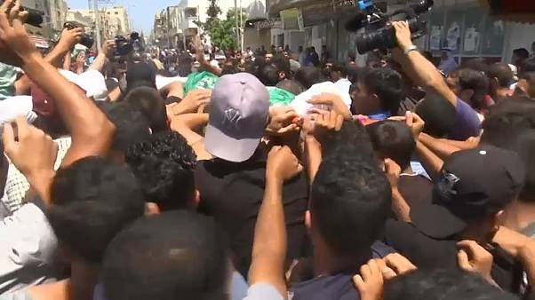 الفلسطينيون يشيعون شاباً قتلته القوات الإسرائيلية خلال احتجاج على حدود غزة