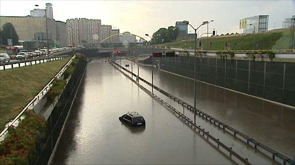 Um carro ficou preso nas repentinas inundações que afetaram o sul da Polónia