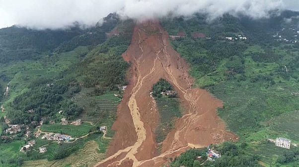 Több tucat áldozata van a kínai földcsuszamlásoknak