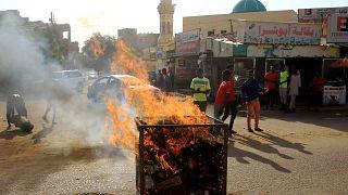 محتجون على تقرير اللجنة يضرمون النار في العاصمة السودانية