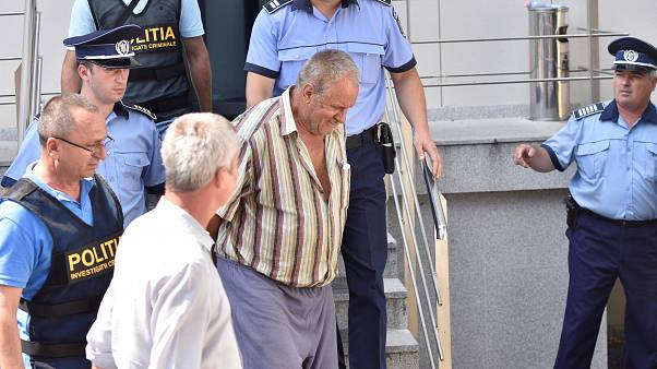 الجاني وسط أفراد الشرطة الرومانية
