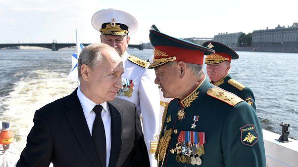 بوتين ووزير دفاعه أثناء احتفالات يوم البحرية في سانت بطرسبرغ