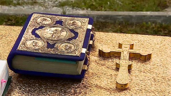 شاهد: معمودية جماعية في روسيا استذكاراً لاعتماد المسيحية ديناً قبل ألف عام